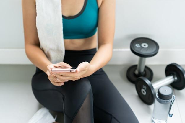 Frauenübungstraining beim turnhalleneignungsbrechen entspannen sich.