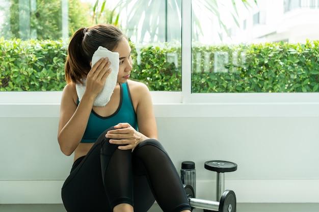 Frauenübungstraining in der fitness-fitness-breaking-relax.