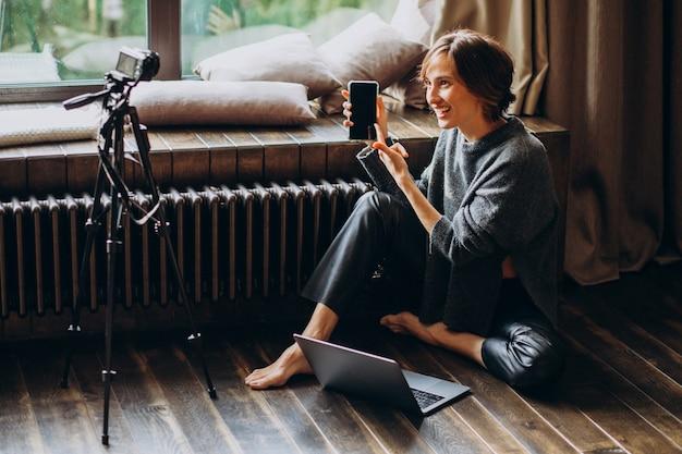 Frauenvideoblogger, der neues vlog filmt