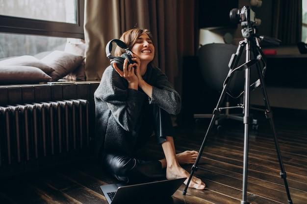 Frauenvideoblogger, der neues vlog für ihren kanal filmt