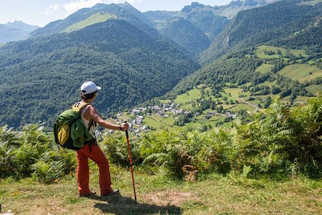 Frauenwanderer auf einem berg