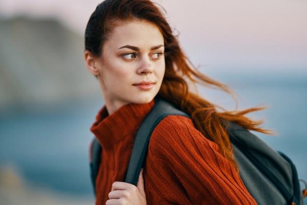 Frauenwanderer mit rucksack reisen berge frischluftlandschaft