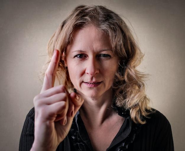 Frauenwarnung mit ihrem finger