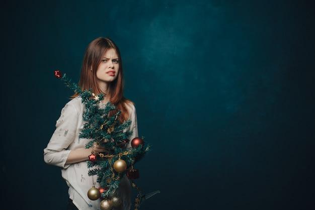Frauenweihnachtsbaumstudio, das aufwirft