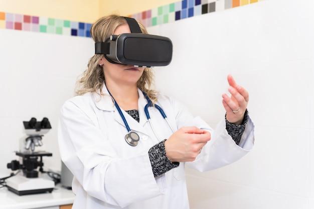 Frauenwissenschaftler im labor mit gläsern der virtuellen realität