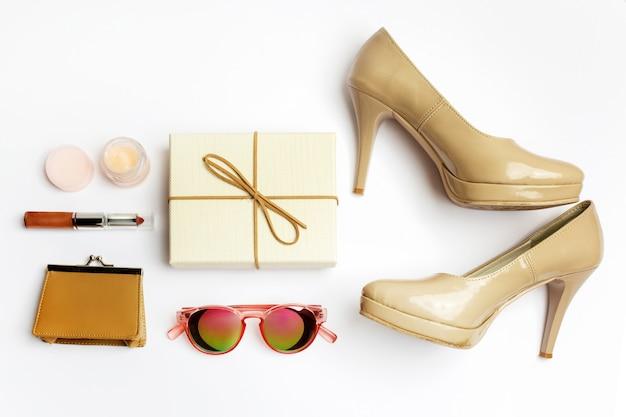 Frauenzubehör eingestellt auf weiße hintergrundoberansicht. modernes und lässiges outfit. mode-, einkaufs- und make-up-konzept.