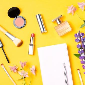 Frauenzubehör und kosmetik flach legen. beauty-blog-konzept.
