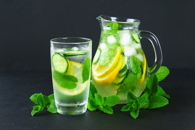 Freches wasser. frisches kühles wasser mit gurke, zitrone, ingwer und minze. detox und gewichtsverlust.