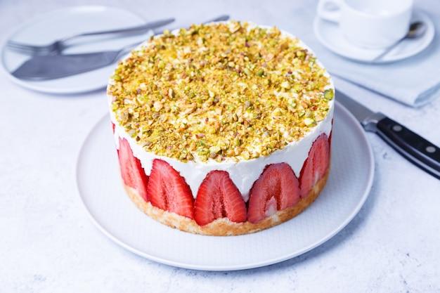 Freesier-kuchen mit frischen erdbeeren und pistazien. französisches klassisches dessert. nahansicht.