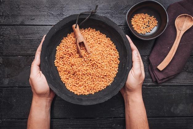 Fregola sarda, eine traditionelle pasta aus sardinien, ähnlich wie cous cous