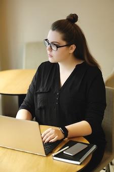 Freiberufler arbeiten am laptop