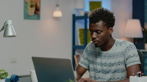 Freiberufler, der von zu hause mit laptop arbeitet