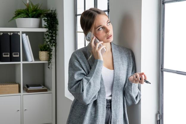 Freiberufler mit mittlerer einstellung, der am telefon spricht