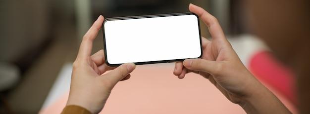 Freiberuflerin, die sich mit horizontalem smartphone entspannt