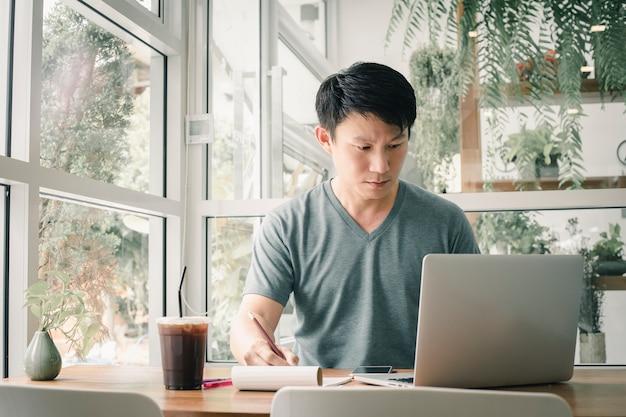 Freiberuflermann, der online an seinem haus arbeitet.
