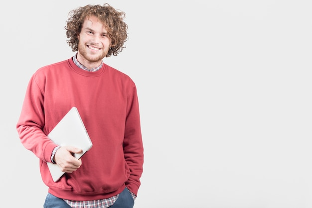 Freiberuflich tätiges konzept mit dem mann, der laptop hält