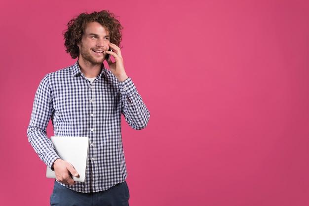 Freiberuflich tätiges konzept mit dem mann, der telefonanruf macht