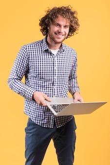 Freiberuflich tätiges konzept mit dem stehenden mann, der laptop verwendet