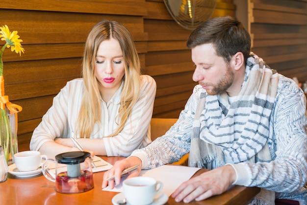 Freiberufliche arbeit im kaffeehaus glück und lächelndes gesicht