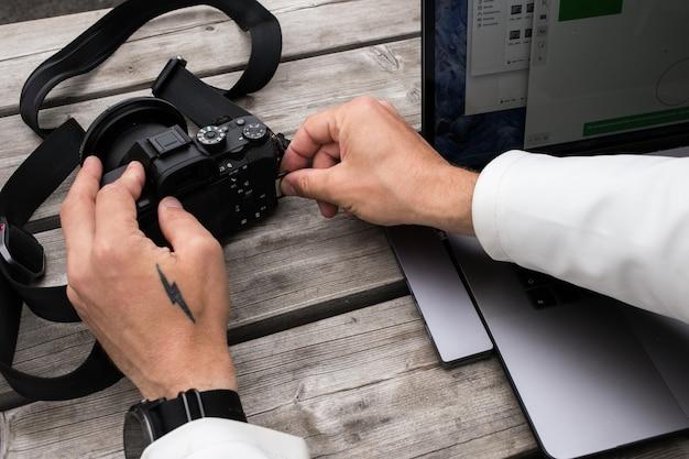 Freiberuflicher ersteller von inhalten verwendet speicherkartenadapter