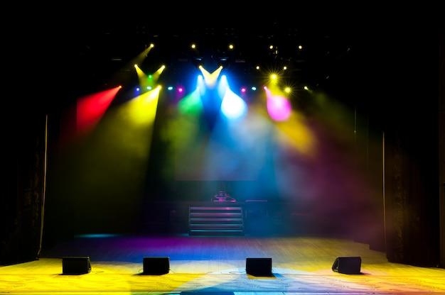Freie bühne mit lichtern, beleuchtungsgeräten, farbigen scheinwerfern.