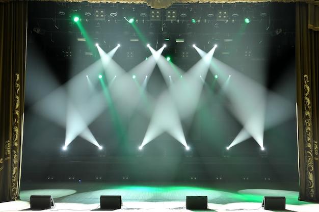 Freie bühne mit lichtern, beleuchtungsgeräten. hintergrund.