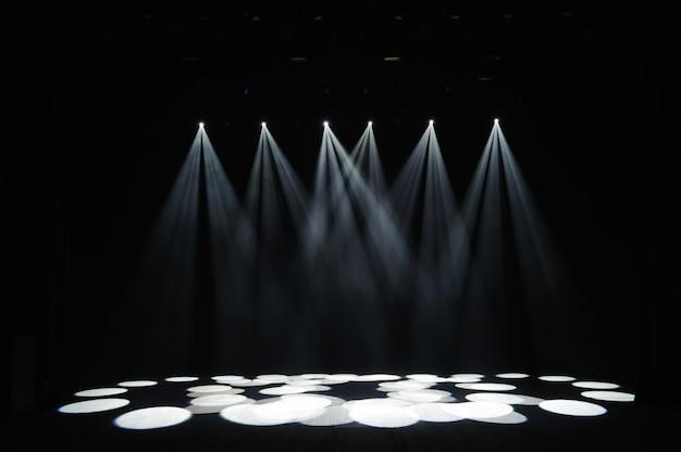 Freie bühne mit lichtern, beleuchtungsgeräten. nachtshow.