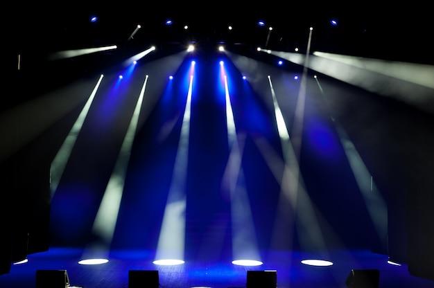 Freie bühne mit lichtern, beleuchtungsgeräten.