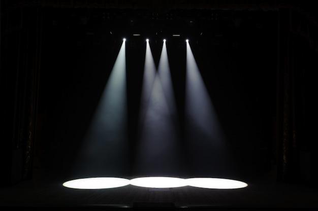 Freie bühne mit lichtern, hintergrund der leeren bühne, scheinwerfer, neonlicht, rauch.