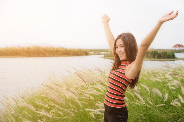 Freie glückliche frau, die natur-schönes mädchen im freien, freiheitskonzept genießt