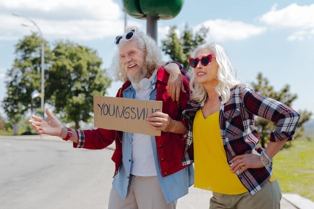 Freier lebensstil. erfreutes positives paar, das zusammen reist, während es einen urlaub hat