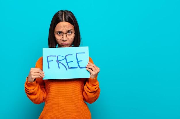 Freies konzept der jungen lateinischen frau