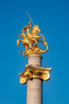 Freiheitsdenkmal der heilige georg tötet den drachen, der der freiheit und unabhängigkeit der georgischen nation gewidmet ist. tiflis.