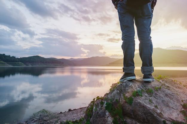 Freiheitsreisender, der eine schöne natur steht und genießt