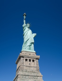 Freiheitsstatue gegen den blauen himmel