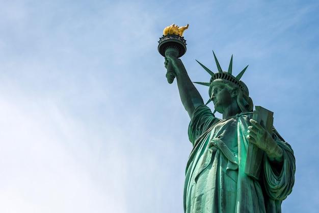 Freiheitsstatue schließen oben in einem sonnigen tag, blauer himmel in new york - bild