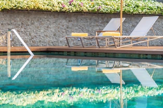 Freischwimmbad mit sonnenschirm für freizeitreisen