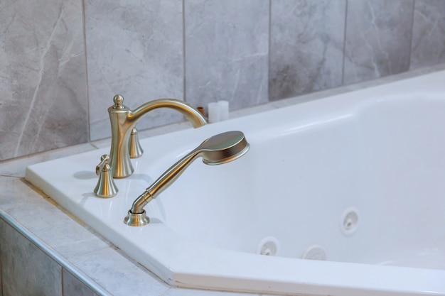Freistehende badewanne mit weißem badezimmer
