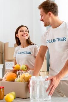 Freiwillige bei der arbeit, die lebensmittelspenden vorbereiten