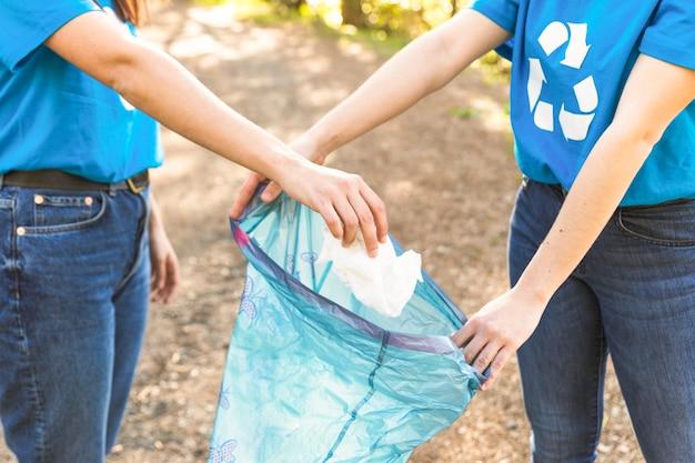 Freiwillige, die abfall auf natur sammeln