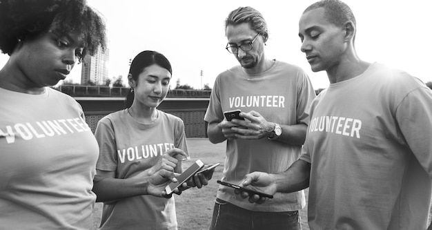 Freiwillige, die auf social media posten