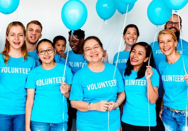 Freiwillige, die für wohltätige zwecke helfen
