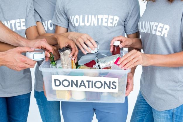 Freiwillige freunde, die spendenmaterialien trennen