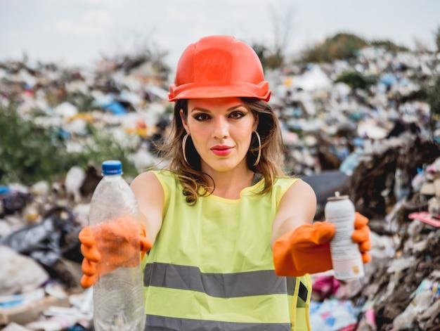 Freiwillige helferin hilft beim reinigen des plastikmüllfeldes. tag der erde und ökologie.