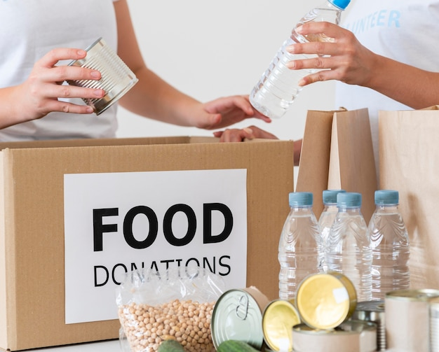 Freiwillige mit box und wasserflaschen zur spende