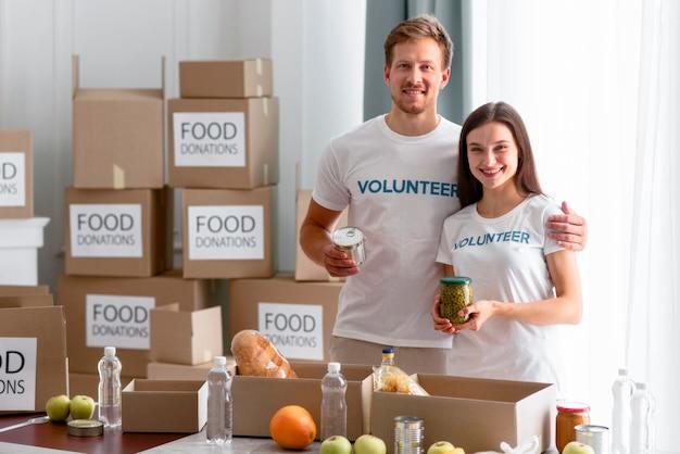 Freiwillige posieren beim zubereiten von essen für die spende