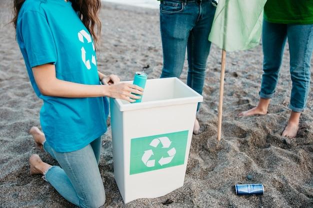 Freiwilliger und strandkonzept