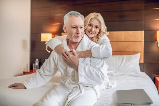Freizeit. paar in bademänteln verbringt einen tag zusammen und fühlt sich entspannt