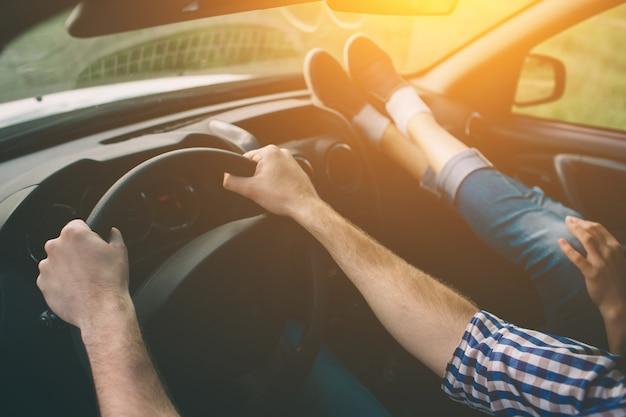 Freizeit-, roadtrip-, reise- und personenkonzept