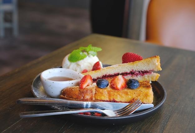 French toast beeren mit ahornsirup und vanilleeis